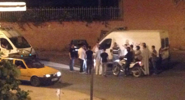 عاجل وخطير…مشرمل يعربد بالشارع العام ببني ملال ويكسر مجموعة من السيارات المركونة
