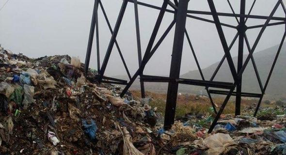 خطير… وشك سقوط عمود كهربائي بسبب الأزبال بمطرح النفايات ولاد ضريد بني ملال =الصور=