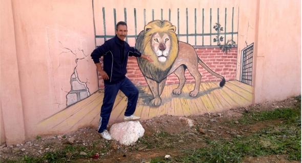 صورة اليوم… الزميل الفنان عبد العزيز هنو يرسم لوحة رائعة على جدار معصرة ببني ملال