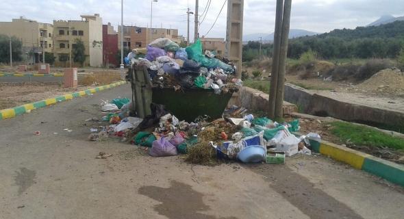 شوارع بني ملال تتحول إلى مطارح للنفايات في غياب بلاستيك خاص بنفايات العيد وعامل النظافة الضحية