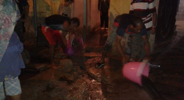 بالصور ..ساكنة أولاد عياد ببني ملال تعيش ليلة سوداء مع مياه الأمطار وغرق المنازل