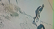 """فيديو صادم ل """"شفار"""" يسرق فتاة نهارا ببني ملال وينهال عليها بالضرب والركل ويسحلها في الشارع والكاميرا توثقه -فيديو-"""