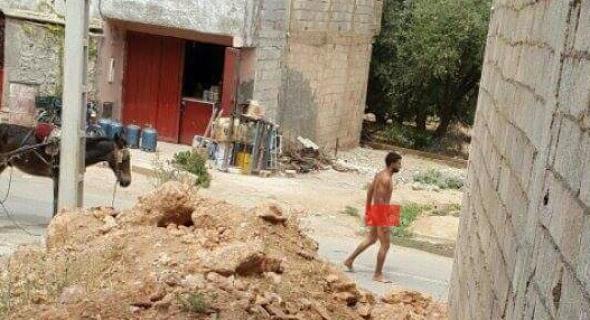 هادشي خطير بزاف بالصور..وشوفو فين وصلنا..شاب يتجرد من ملابسه و يعربد على الساكنة