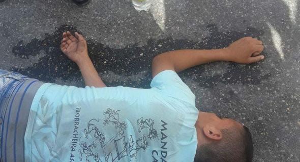 عاجل..دراجة هوائية تصطدم بسيارة ونقل صاحبها المجهول الهوية للمستعجلات -صورة الضحية للتعرف عليه-