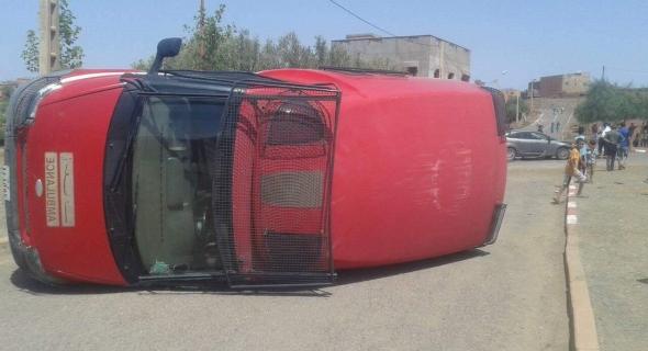 ياربي السلامة…اصطدام سيارة الاسعاف بأزيلال بسيارة خفيفة وانقلابها وها اش وقع