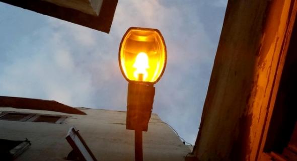 ما حقيقة غلاء فاتورة الإنارة العمومية وما شرعية تواجد مصابيح كهربائية مرتبطة بشبكة الإنارة العمومية في قلب بعض الدور السكنية بالفقيه بن صالح