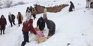 وفاة السيدة الحامل تدفع المعارضة بايت عباس للاستنجاد بعامل أزيلال وتشتكي من سياسة الكيل بمكيالين في سيارة الاسعاف